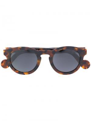 Солнцезащитные очки в утолщенной оправе Moncler Eyewear. Цвет: коричневый