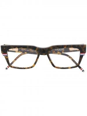 Очки в прямоугольной оправе Thom Browne Eyewear. Цвет: коричневый
