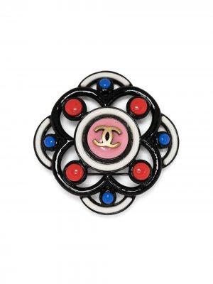 Брошь с логотипом CC Chanel Pre-Owned. Цвет: черный