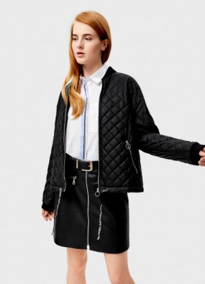 Короткая куртка-бомбер с ромбовидной стёжкой O`Stin. Цвет: черный