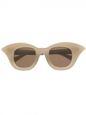 Солнцезащитные очки в массивной оправе Kuboraum. Цвет: нейтральные цвета