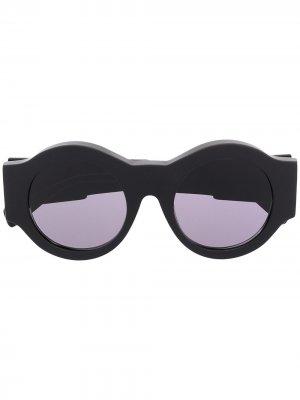 Солнцезащитные очки в круглой оправе Kuboraum. Цвет: черный