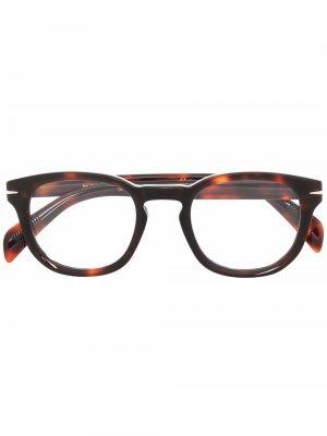 Очки в круглой оправе черепаховой расцветки Eyewear by David Beckham. Цвет: коричневый
