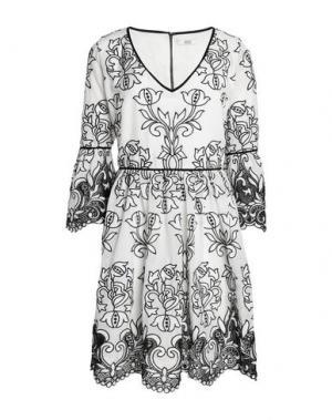 Короткое платье BADGLEY MISCHKA. Цвет: белый