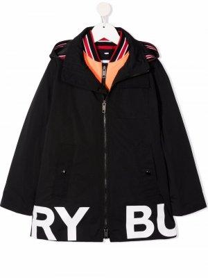 Layered logo-print coat Burberry Kids. Цвет: черный