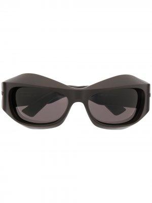 Солнцезащитные очки в скульптурной оправе Bottega Veneta Eyewear. Цвет: коричневый