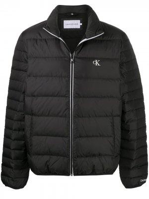 Пуховик с вышитым логотипом Calvin Klein Jeans. Цвет: черный