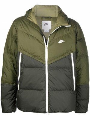 Пуховик с капюшоном и вышитым логотипом Nike. Цвет: зеленый