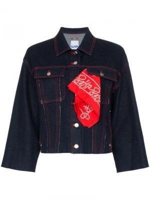 Укороченная джинсовая куртка с контрастной строчкой SJYP. Цвет: синий