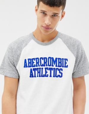 Бело-серая футболка с логотипом на груди Abercrombie & Fitch. Цвет: белый