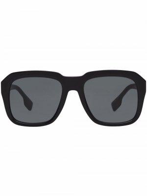 Солнцезащитные очки в массивной оправе Burberry. Цвет: серый