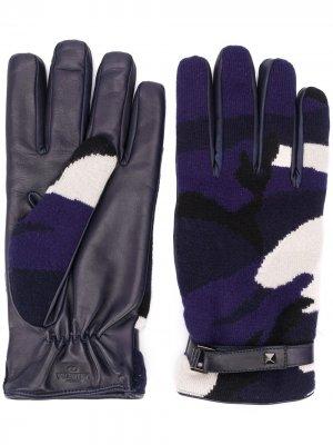 Перчатки с камуфляжным принтом Valentino Garavani. Цвет: синий