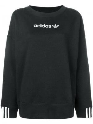 Свитшот с контрастным логотипом adidas. Цвет: черный
