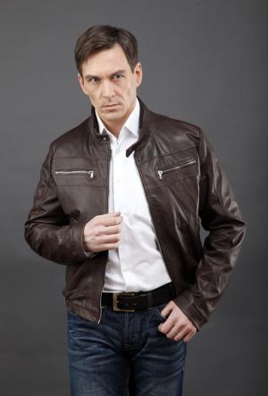 Короткая мужская молодежная кожаная куртка AFG. Цвет: коричневый