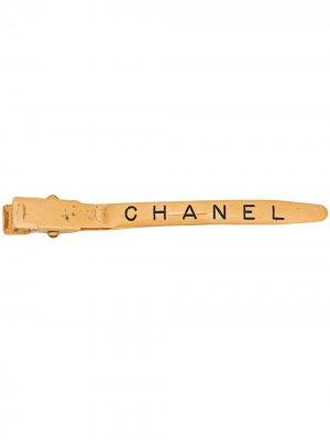 Заколка для волос 1997-го года с логотипом Chanel Pre-Owned. Цвет: золотистый