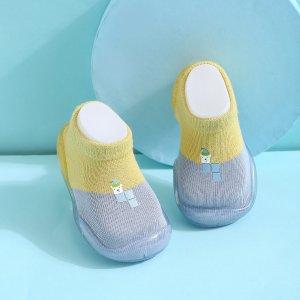 Новорожденные девочки надевают двухцветные вязаные кеды SHEIN. Цвет: многоцветный