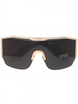 Солнцезащитные очки-маска в массивной оправе Versace Eyewear. Цвет: черный