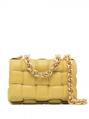 Дутая сумка на плечо Cassette с ремнем-цепочкой Bottega Veneta. Цвет: желтый