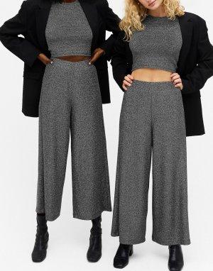 Черные брюки с широкими штанинами из блестящей ткани в рубчик Cilla-Черный Monki