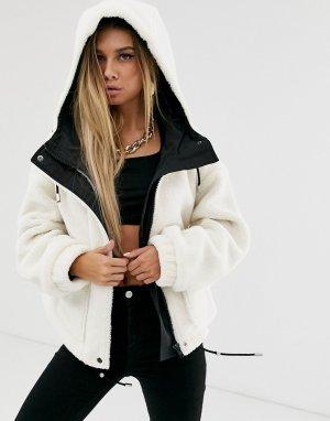 Серо-белая куртка из искусственной овечьей шерсти с капюшоном и большими карманами -Белый NA-KD