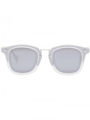 Солнцезащитные очки в квадратной оправе с логотипом FF Fendi Eyewear. Цвет: серебристый