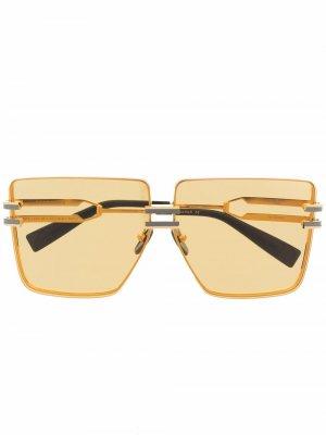 Массивные солнцезащитные очки из коллаборации с Akoni Gendarme Balmain Eyewear. Цвет: золотистый