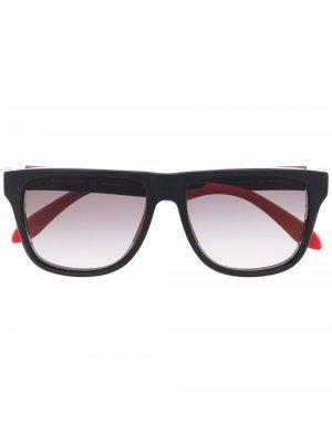 Солнцезащитные очки в D-образной оправе с логотипом Alexander McQueen Eyewear. Цвет: черный