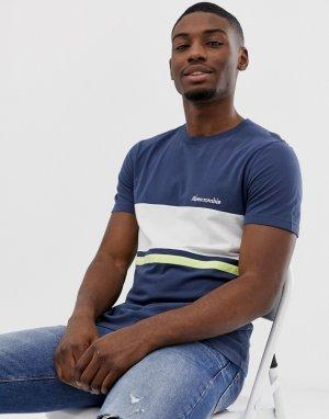 Бело-синяя футболка в полоску с логотипом на груди Abercrombie & Fitch. Цвет: темно-синий