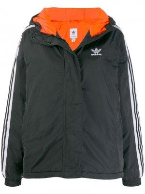 Короткая куртка с капюшоном adidas. Цвет: черный