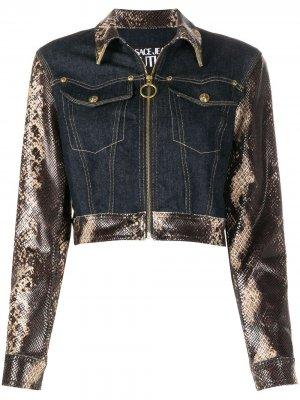Джинсовая куртка со змеиным принтом Versace Jeans Couture. Цвет: синий