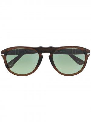 Солнцезащитные очки в закругленной квадратной оправе Persol. Цвет: коричневый