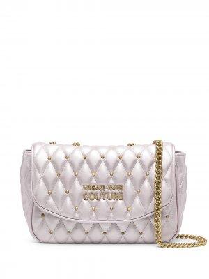 Сумка на плечо с эффектом металлик и логотипом Versace Jeans Couture. Цвет: фиолетовый