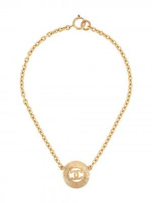 Колье 1980-х годов с подвеской-логотипом Chanel Pre-Owned. Цвет: золотистый