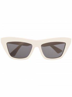 Солнцезащитные очки в оправе кошачий глаз Bottega Veneta Eyewear. Цвет: нейтральные цвета