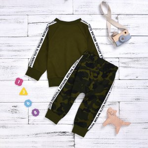Свитшот с текстовой лентой и камуфляжные джоггеры для мальчиков SHEIN. Цвет: армейский зеленый