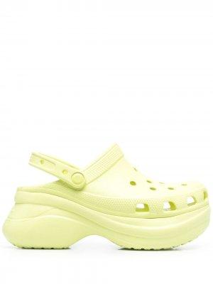 Кроксы с закругленным носком Crocs. Цвет: зеленый