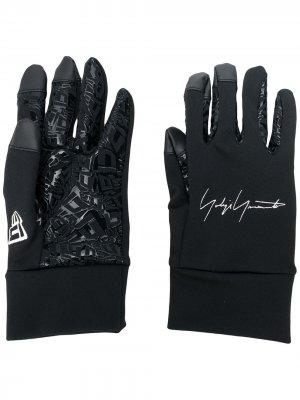 Перчатки с вышитым логотипом Yohji Yamamoto. Цвет: черный