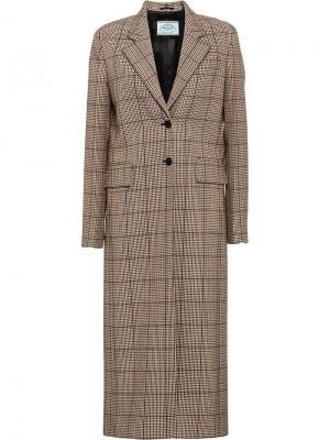 Пальто в ломаную клетку Prada. Цвет: красный