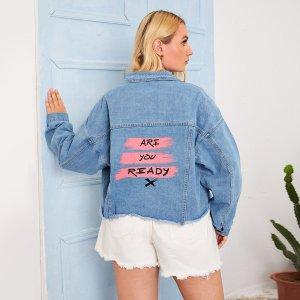 С карманами Лозунг Институтский Джинсовая куртка размера плюс SHEIN. Цвет: легко-синий