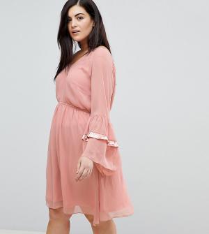 Свободное платье с ярусными оборками на рукавах Lost Ink Plus. Цвет: розовый