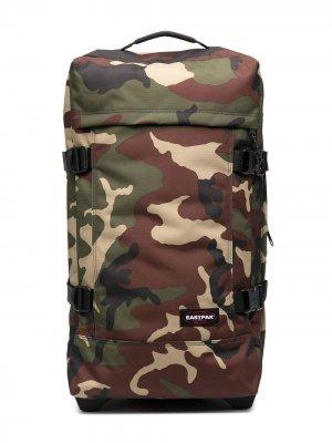 Дорожная сумка с камуфляжным принтом Eastpak. Цвет: зеленый
