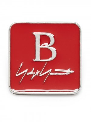 Брошь с логотипом Yohji Yamamoto. Цвет: красный