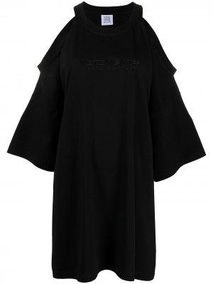 Платье с открытыми плечами и вышитым логотипом VETEMENTS. Цвет: черный