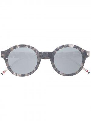 Солнцезащитные очки в круглой черепаховой оправе Thom Browne Eyewear. Цвет: серый