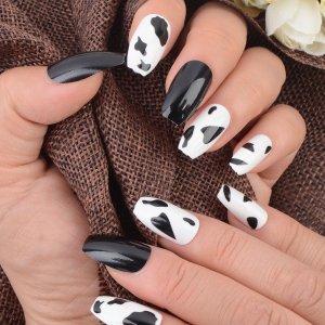 24шт Накладные ногти с коровим узором и 1 лист лента пилочка для ногтей SHEIN. Цвет: черный и белый