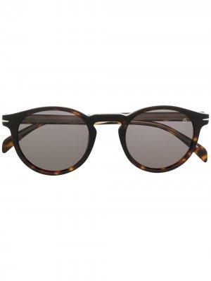 Солнцезащитные очки в круглой оправе черепаховой расцветки Eyewear by David Beckham. Цвет: коричневый