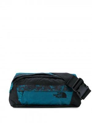 Поясная сумка с абстрактным принтом The North Face. Цвет: синий