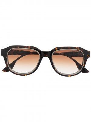 Солнцезащитные очки в круглой оправе Dita Eyewear. Цвет: коричневый