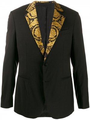 Пиджак с принтом на лацканах Versace. Цвет: черный