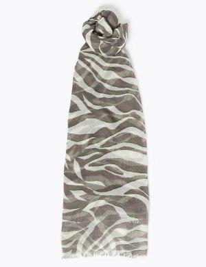 Шарф с животным принтом и бахромой по краю M&S Collection. Цвет: серый